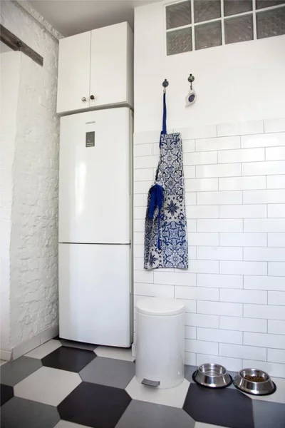 Идеи дизайнеров о расположении холодильника в интерьере